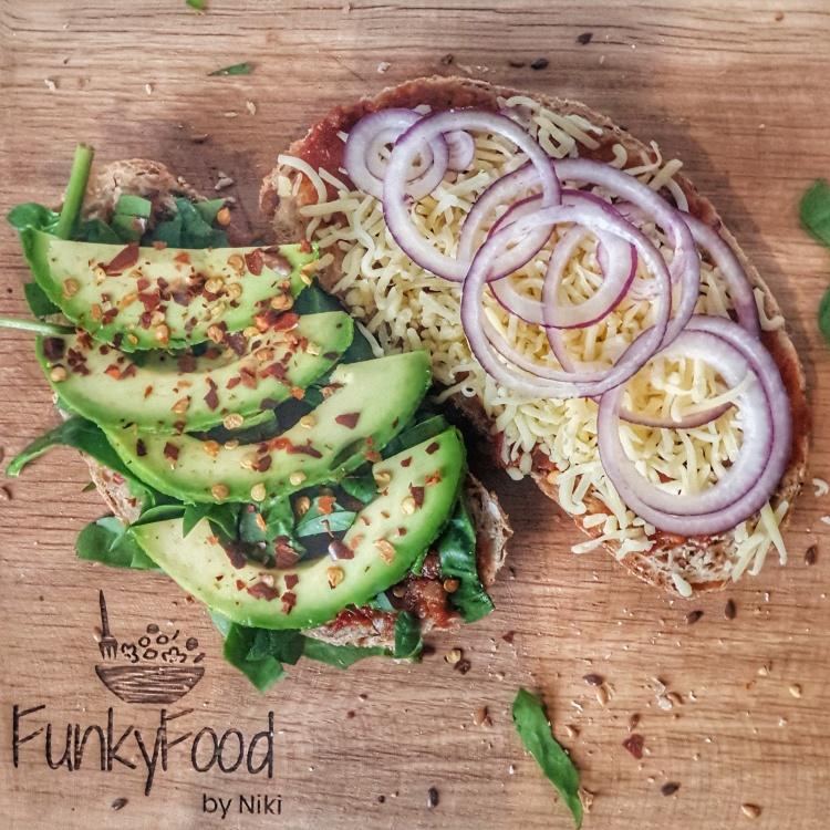 Tosti met tapenade, avocado en spinazie. FunkyfoodbyNiki